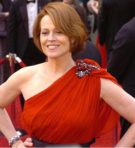 450px-Sigourney_Weaver_%40_2010_Academy_Awards_%28cropped%29