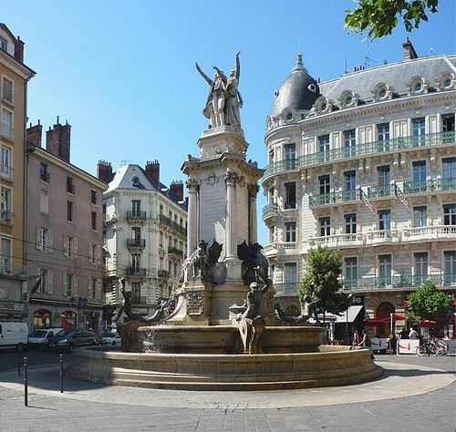 500px-Fontaine_trois_ordres_-_Grenoble